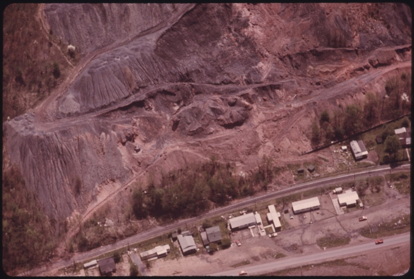 SLAG_HEAP_ABOVE_HOUSING_ON_BUFFALO_CREEK_NEAR_LOGAN,_WEST_VIRGINIA._SLAG_HEAPS_ARE_ONE_OF_THE_ITEMS_WHICH_MAKE_MINING..._-_NARA_-_556467.jpg